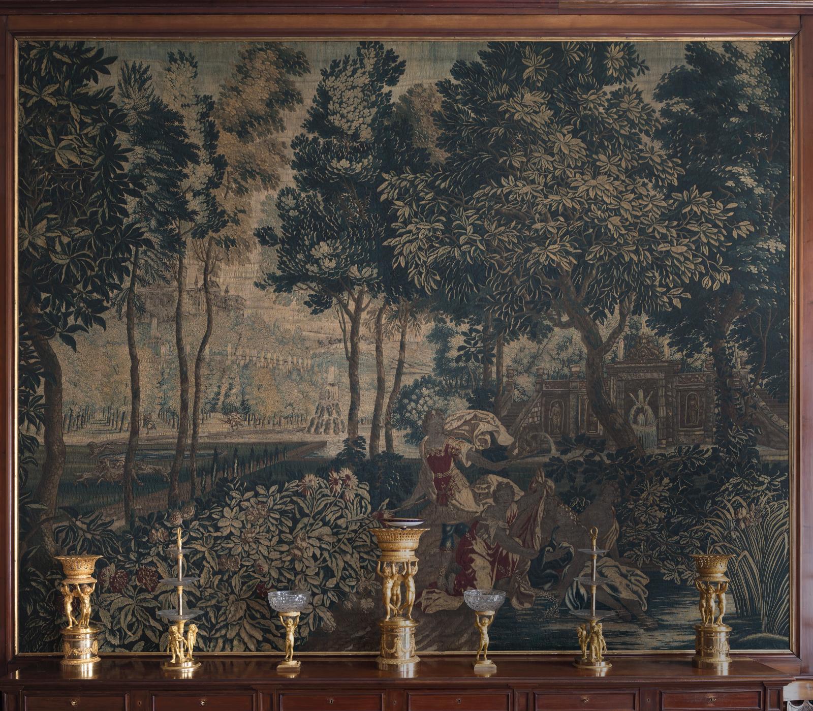 Surtout de table dit de Masséna, époque Empire ou Restauration,devant une tapisserie flamande du début du XVIIesiècle. © François Doury/