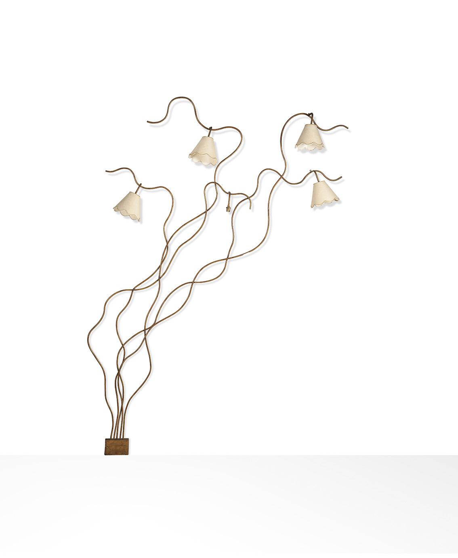 Jean Royère (1902-1981), lampadaire d'applique modèle Liane à cinq lumières, vers1960, en métal à patine dorée, 231x178x14cm. Adjugé