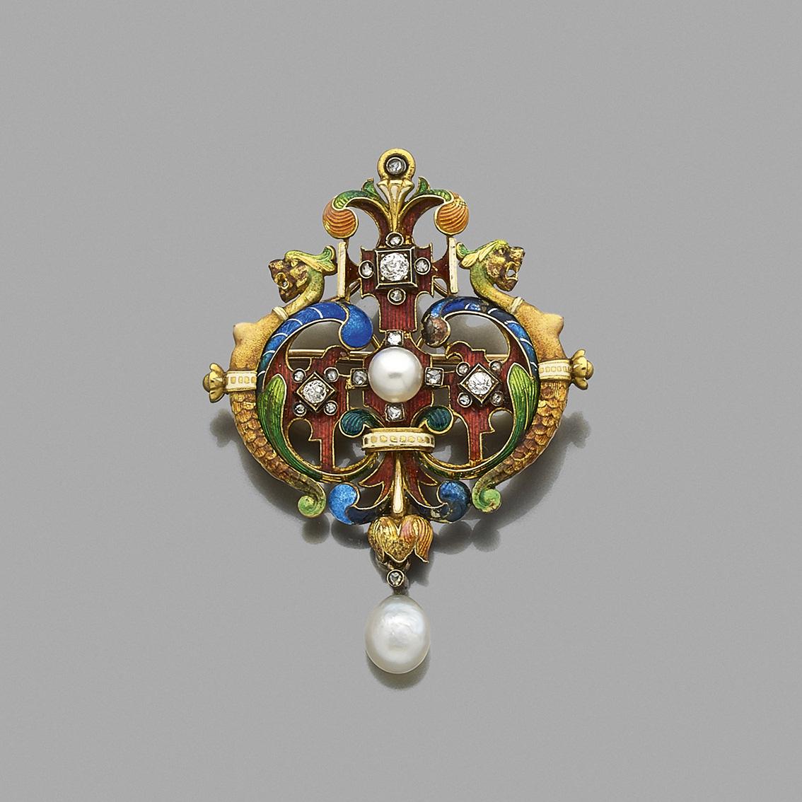 17213€Lucien Falize. Pendentif en or jaune 750millièmes et émail multicolore, perles fines et diamants taille rose, figurant deux C enr
