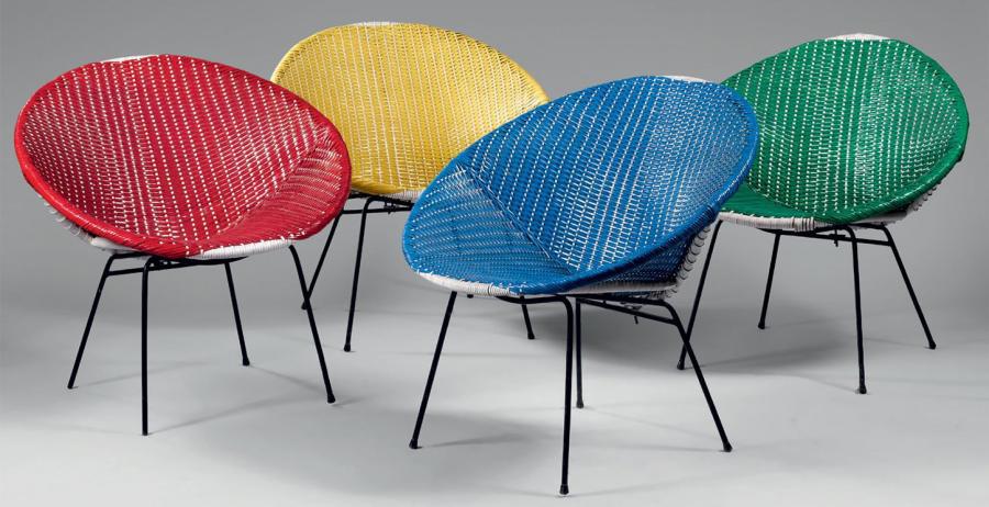 657€ France, années 1950. Suite de quatre fauteuils «scoubidou», tiges de métal laquées noir, rotin recouvert de plastique de couleur, 69