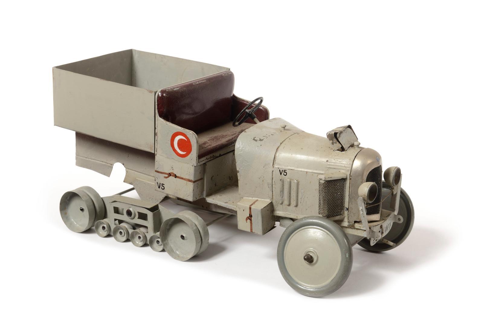Jouets André Citroën, échelle 1/10, vers 1923-1924. Autochenille «KégresseB2, traversée du Sahara», en tôle peinte gris, première versio