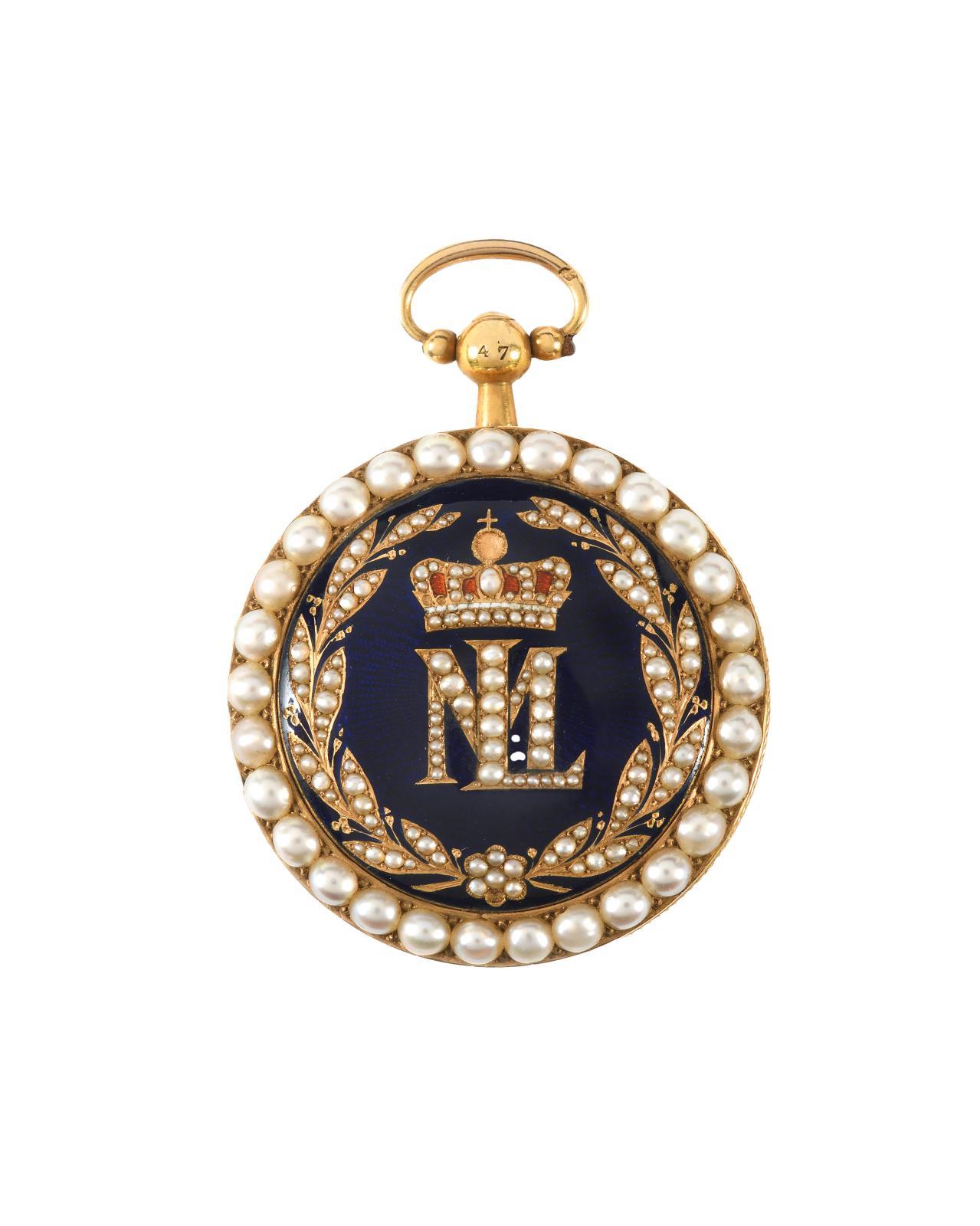 Surmonté de la couronne impériale, le chiffre de Marie-Louise orne cette montre de col de présent, dont l'avers, à fond émaillé bleu, accu
