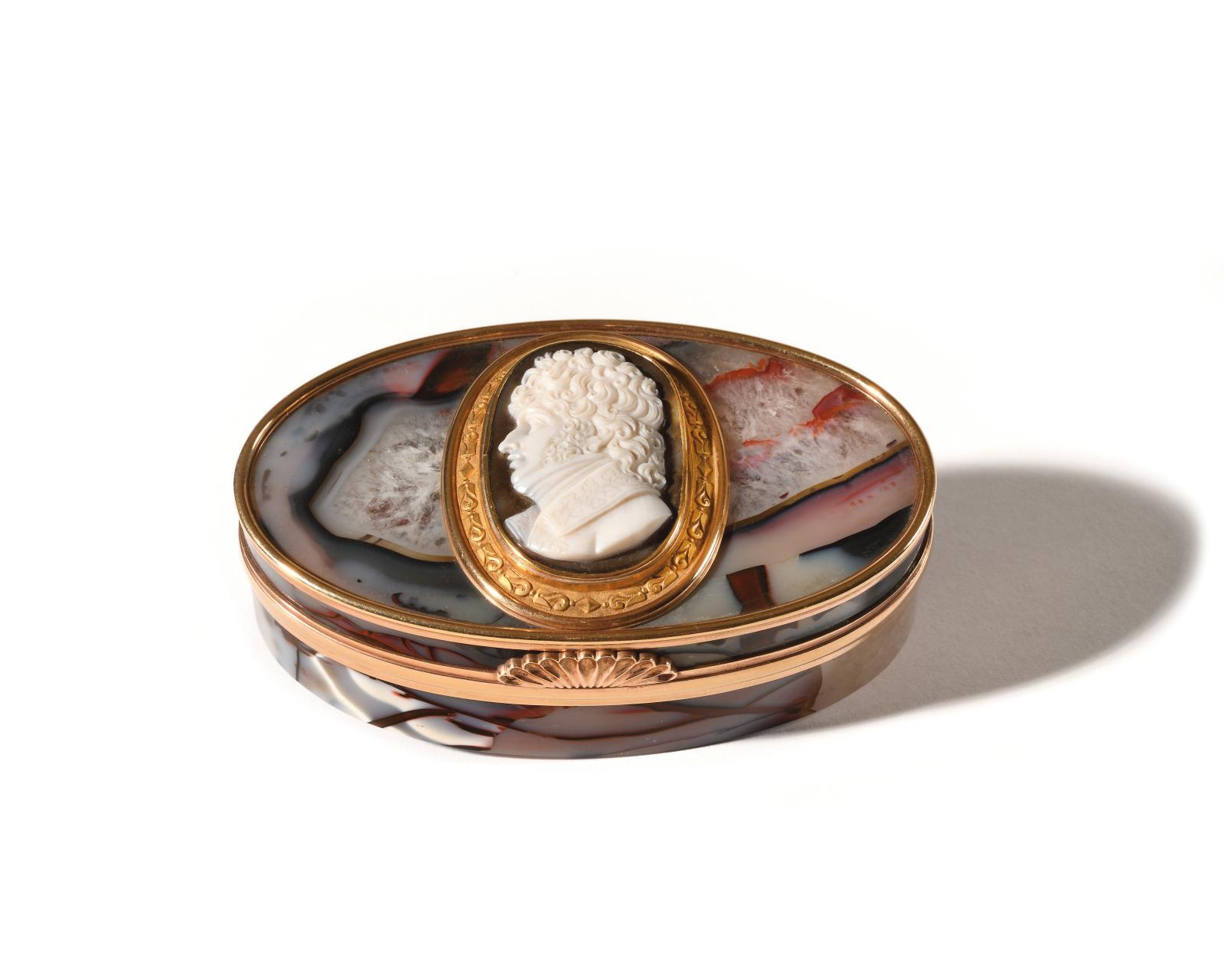 Cette sélection d'objets précieux serait incomplète sans cette tabatière, réputée avoir été offerte par Napoléon à Joachim Murat à l'occas