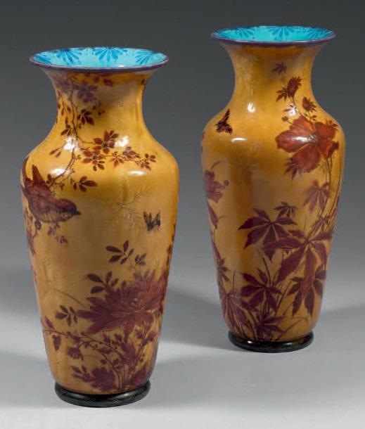 7512€ Théodore Deck, paire de vases balustre à fond jaune bouton d'or, décor de glycines, d'anémones et de branchages avec oiseau et pap