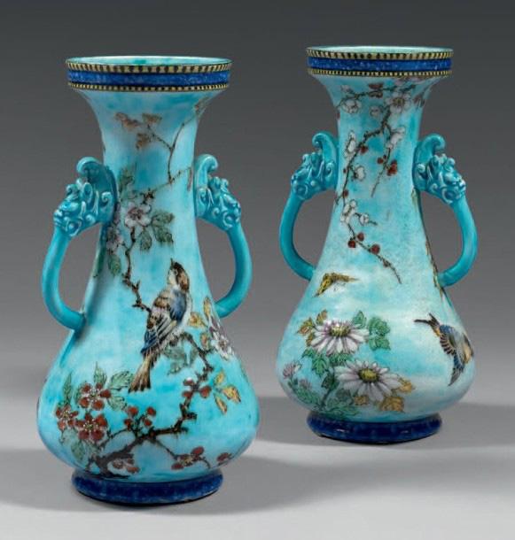 6760€ Théodore Deck, paire de vases de forme balustre à deux anses terminées par des têtes de chimère, à fond bleu turquoise et ornés en