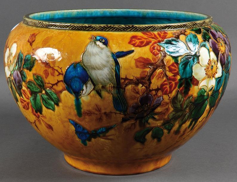 6371€ Théodore Deck, cache-pot en céramique à décor polychrome tournant de fleurs et d'hirondelles perchées, h.29, diam.42cm. Paris,