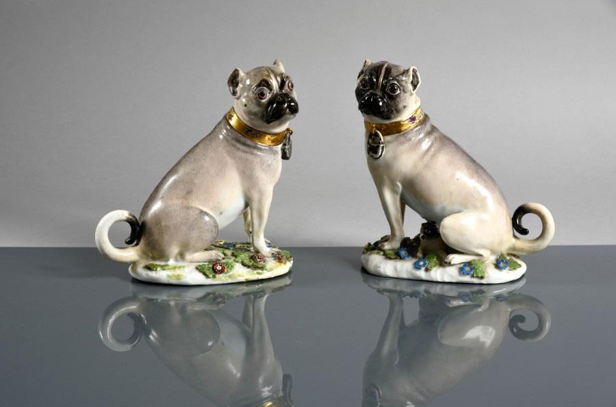 15800€ Couple de carlins assis sur des terrasses ovales, collier à fond or, vers 1745, porcelaine, 15x15cm. Drouot, 23novembre 2016.