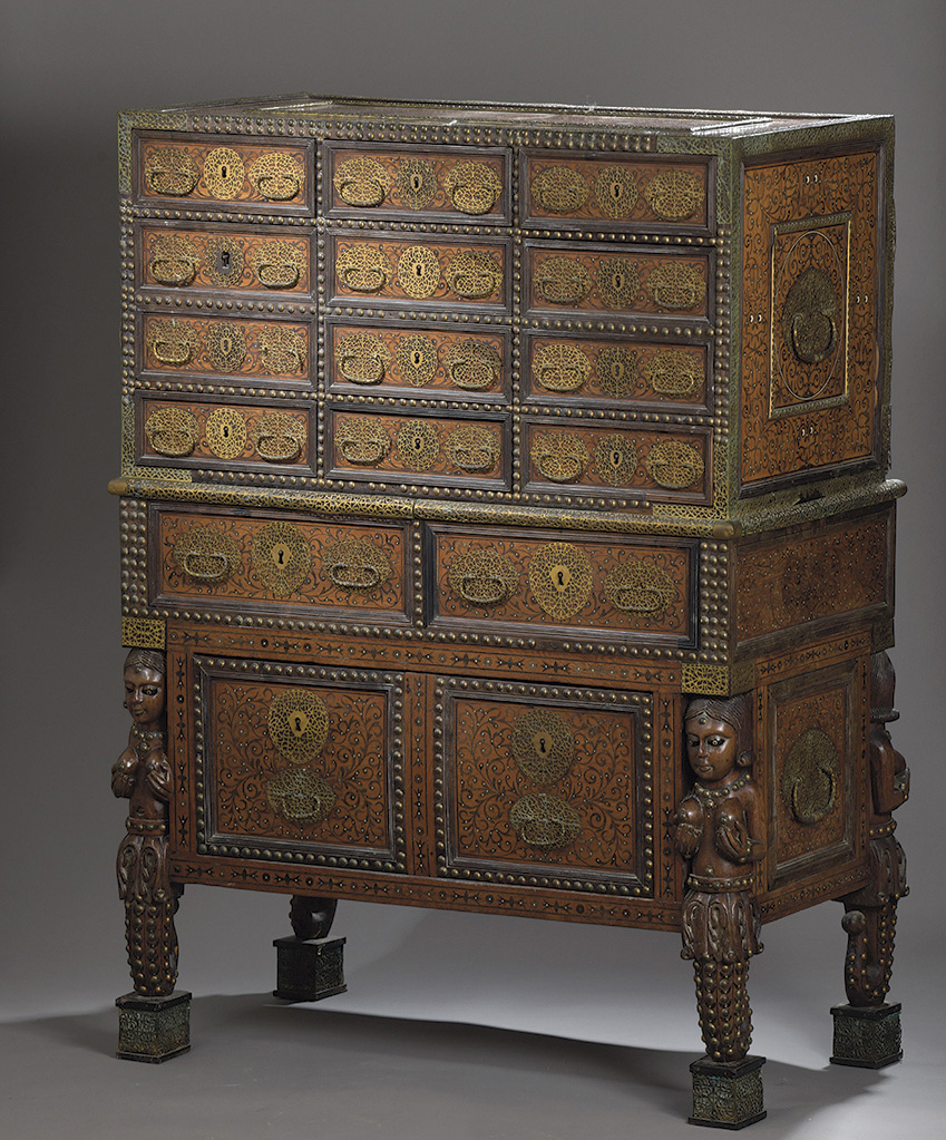 Ce cabinet sur piétement (120x86x46cm) est appelé «contador». Il correspond à un type particulier de meubles fabriqués en teck, ébène
