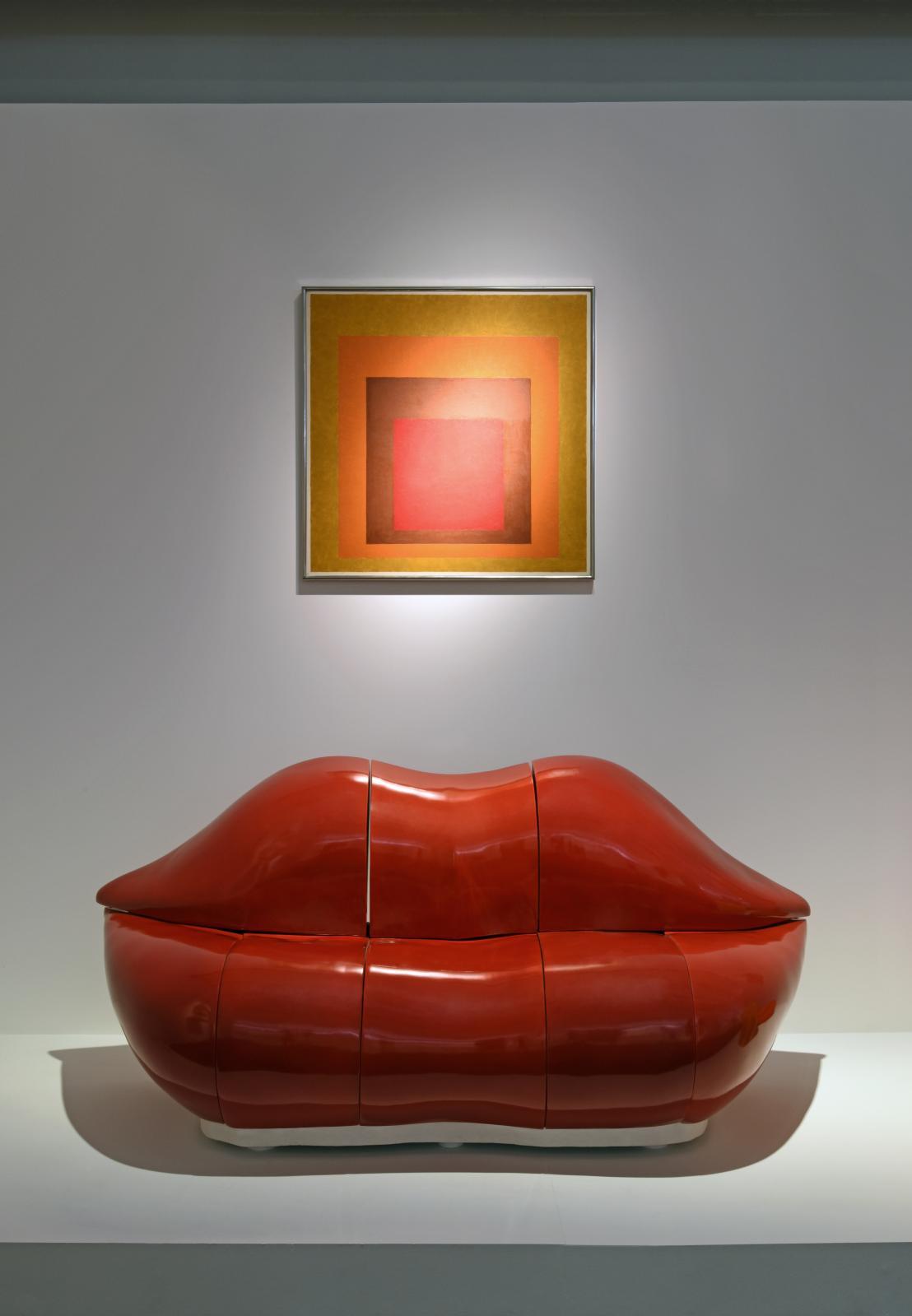 Bertrand Lavier(né en 1949), La Bocca, 2007, porcelaine de Sèvres, 80x80x170cm, et Josef Albers(1888-1976), Affectionate (Homage to the Square)