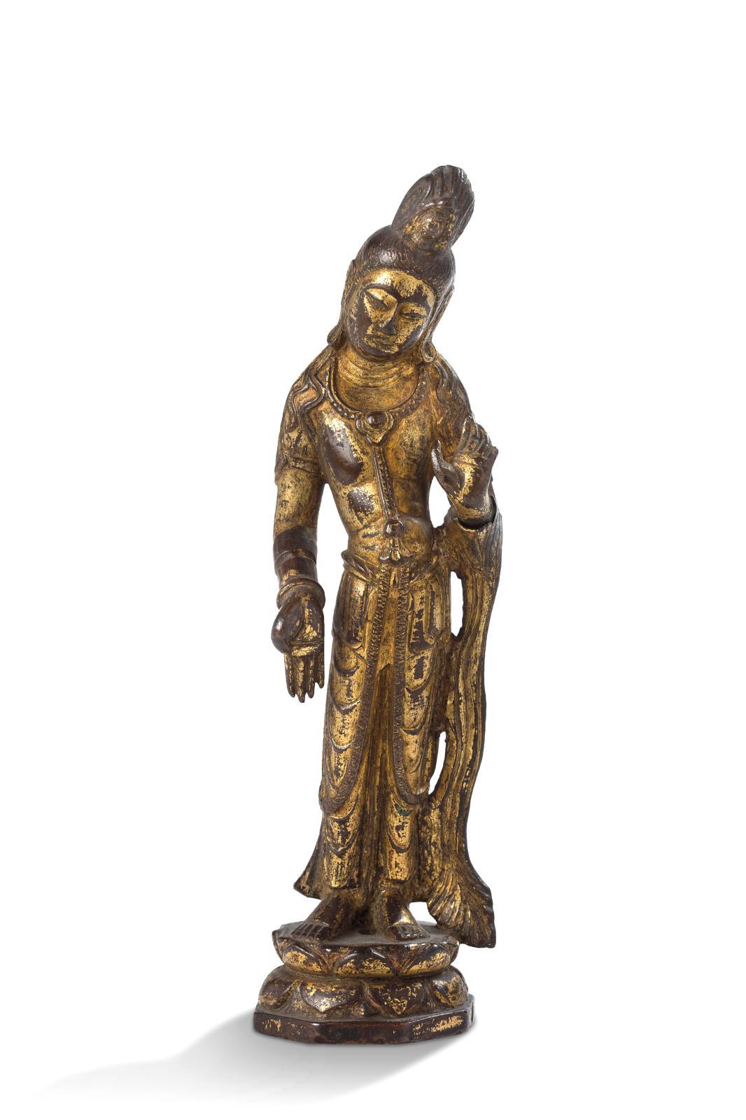 Chine, période Tang (618-907), statuette en bronze laqué or, représentant Avalokiteshvara debout sur un lotus en abhaya-varada mudra, avec