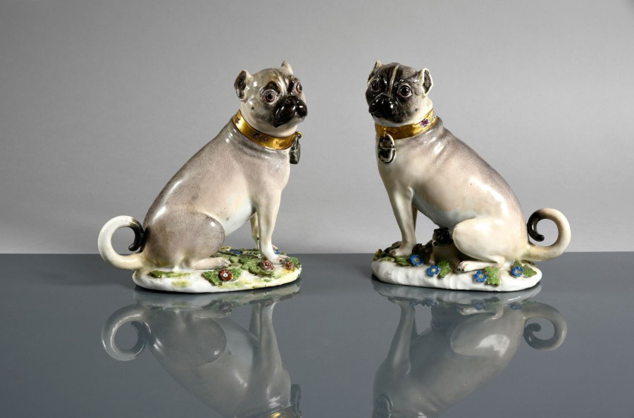 €15,800Pair of pugs sitting on oval bases, collars with gold backgrounds, c. 1745, porcelain, 15 x 15 cm/5.90 x 5.90 in.Paris, Drouot, Nov
