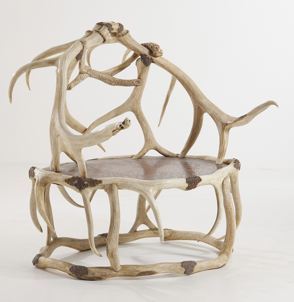 Throne made of interlacing deer antlers, some carved in the shape of dragons emerging from clouds, in the Chinese taste, 125 x 135 x 95 cm