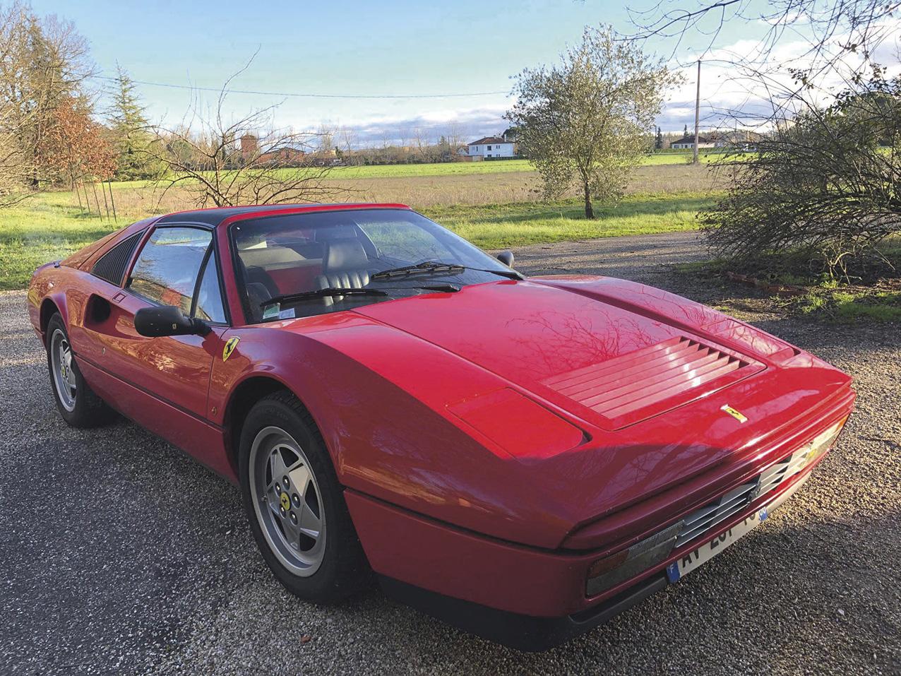 x80000/100000€ seront attendus pour cette Ferrari 328GTS de 1989. Ce modèle est en réalité une évolution de la 308 sortie en 1975, qui