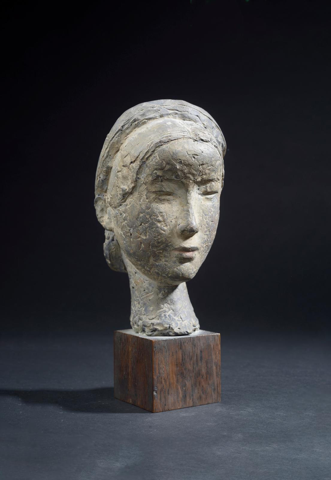 Vu Cao Dam (1908-2000),Tête de jeune femme en terrecuite patinée, signée à l'encresur la chevelure dans la nuque,socle en bois d'origi