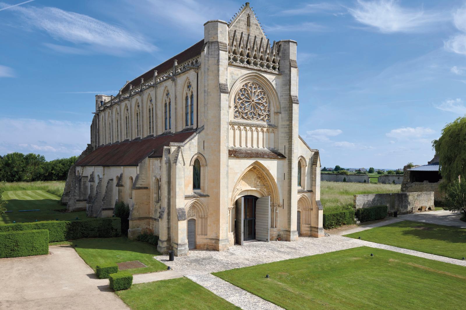 L'église du XIIIesiècle a été réaménagée en salle de lecture par Agnès Pontremoli et Bruno Decaris (Opus5), prix Europa Nostra 2011 pour