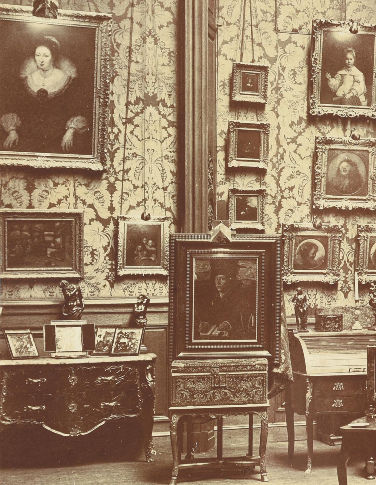 Intérieur de l'hôtel particulier de Jules Porgès, avenue Montaigne, avec, posée au centre de la commode à gauche, la plaque dans son cadre