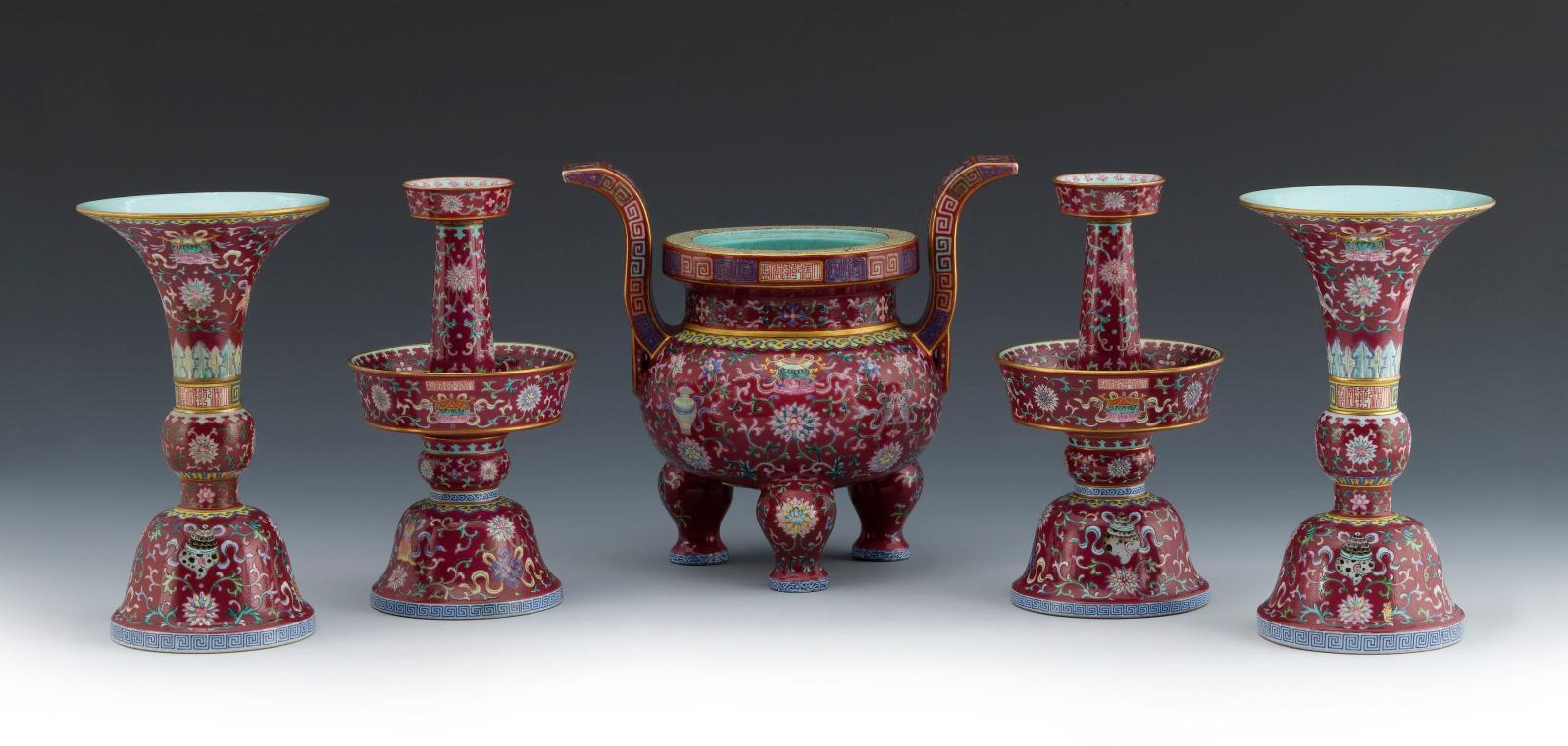 Ensemble de cinq objets destinés à l'autel, céramique (famille rose), four de Jingdezhen, règne de l'empereur Qianlong (1735-1796), dynastie des Qing