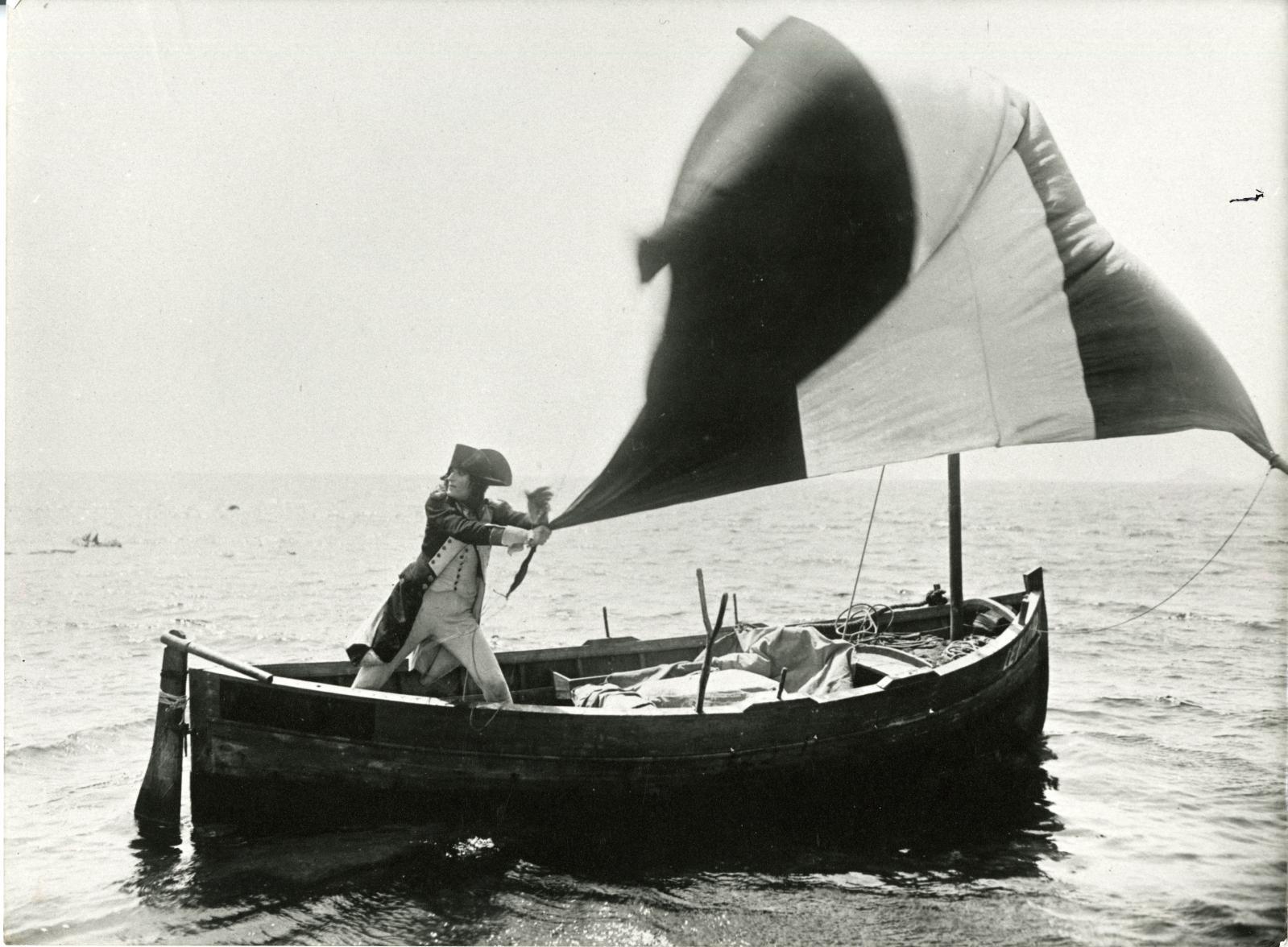 Bonaparte fuyant sur la barquedu patron Ucciani, extrait du Napoléond'Abel Gance, tourné en Corse en 1925. © La Cinémathèque française