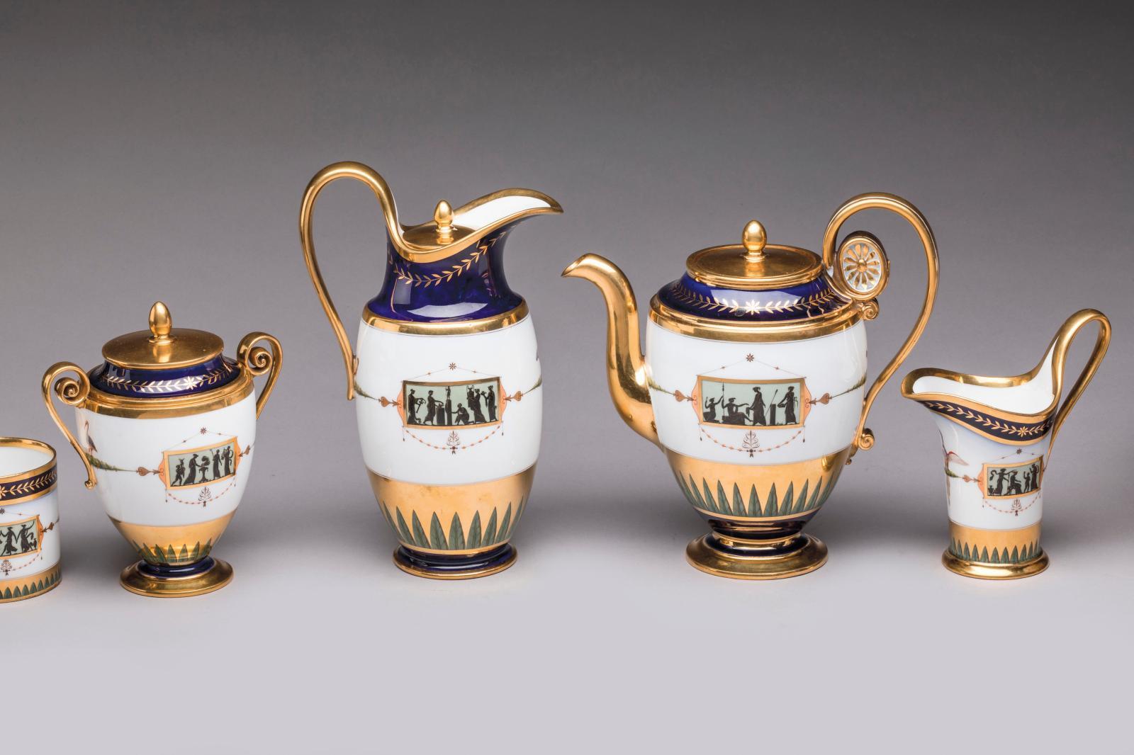 Sèvres, 1803-1804, cabaret «à l'étrusque» pour le service de bouche de l'Empereur en porcelaine dure, composé de dix-sept pièces décorées