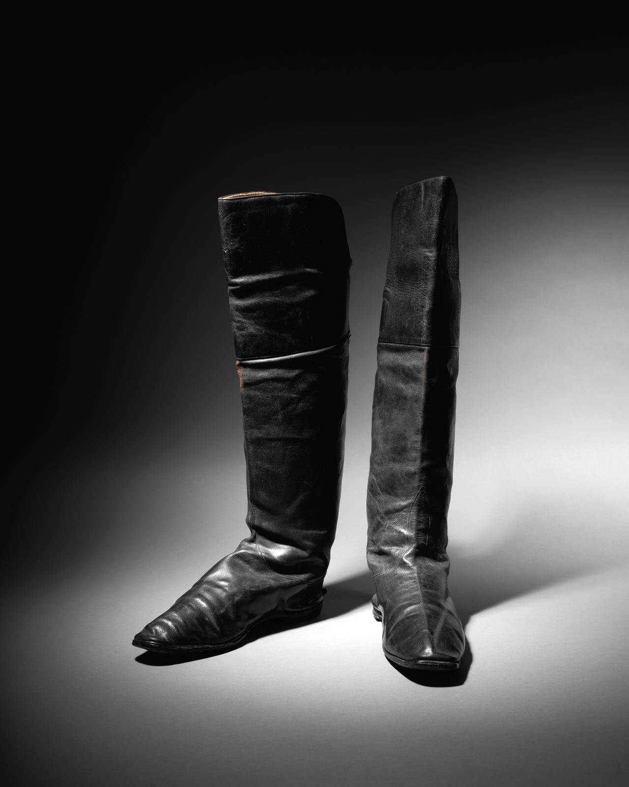 Paire de bottes «à l'écuyère» attribuée à Napoléon Ier, maroquin noir, semelles à petits talons, doublure de fine peau naturelle, avec ses