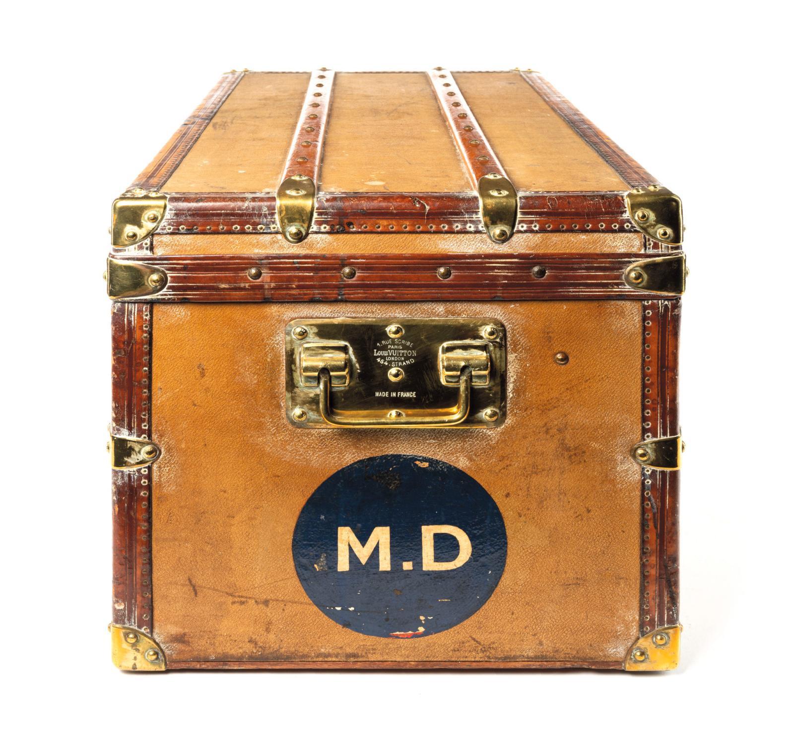 Malle de voyage Louis Vuitton au chiffre «MD», en cuir et armatures de laiton,poignée gravée «1, rue Scribe - Paris et 454 Strand Londo