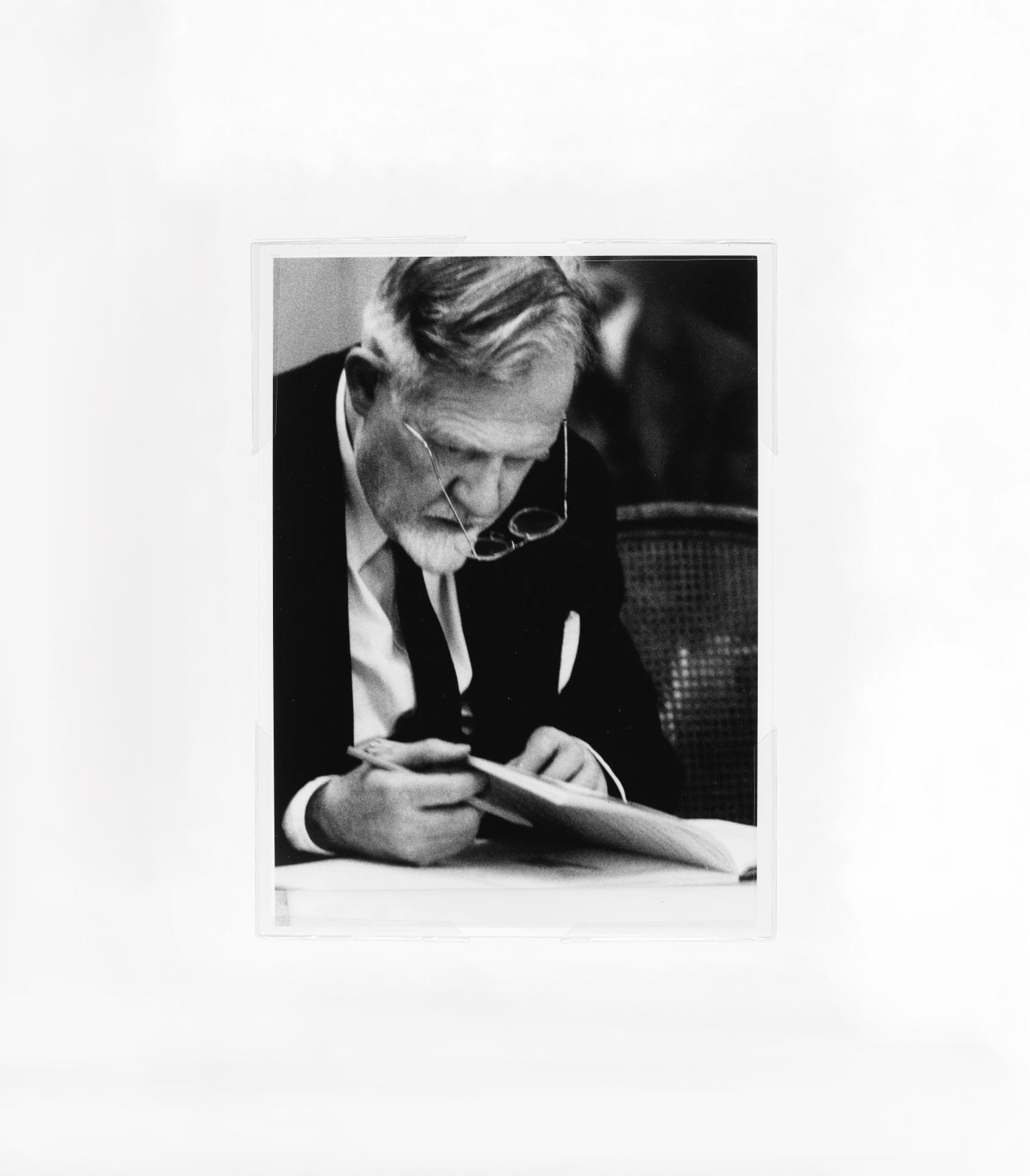 Henri Marie Petiet assistant à une vente,vers 1955-1960, collection particulière. Photo Azentis