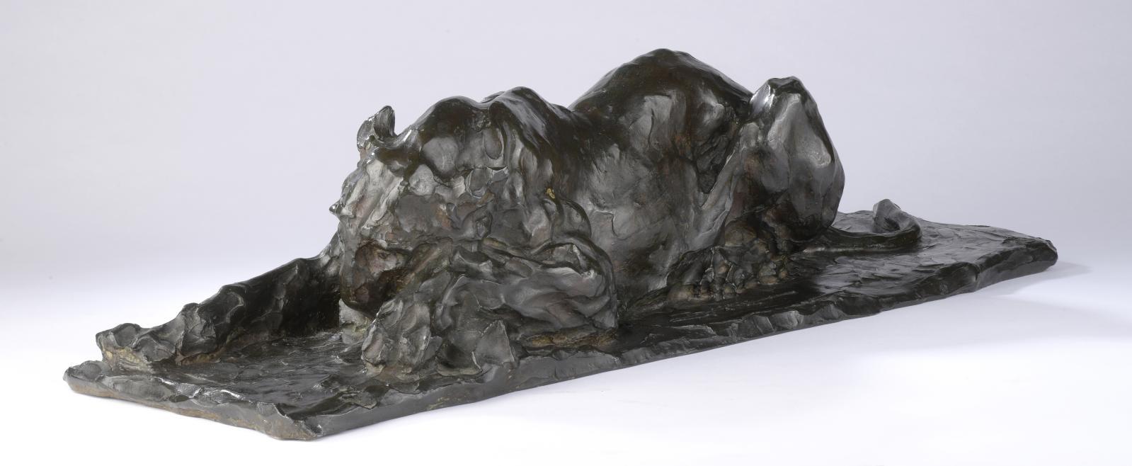 Rembrandt Bugatti (1884-1916), Lionne dévorant, bronze à patine polychrome nuancée brun et vert, signé sur la terrasse «RBUGATTI», cachet
