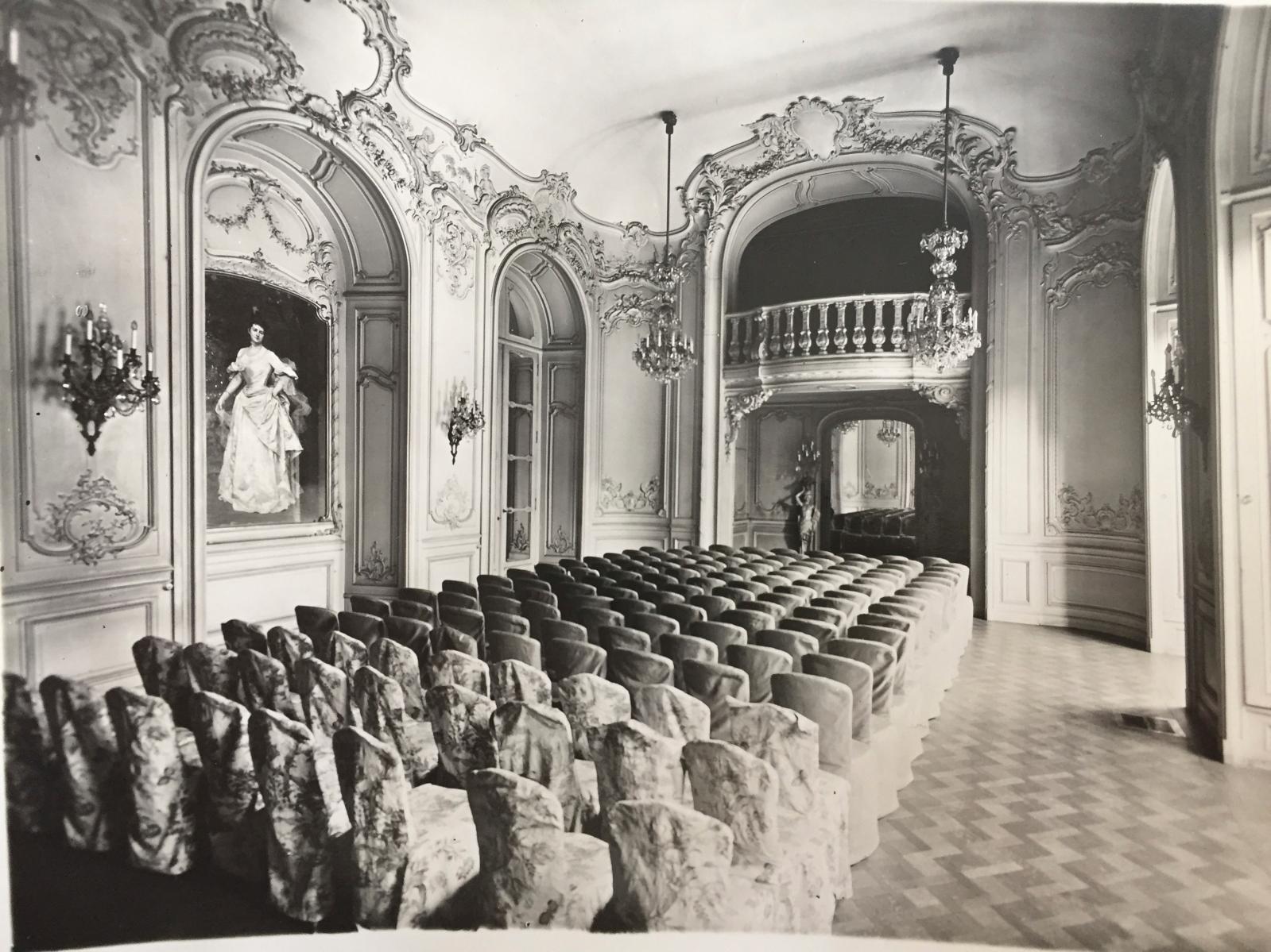 La salle de bal de l'hôtel particulier des Porgès, avenue Montaigne, avec le portrait de la maîtresse de maison par Raimundo de Madrazo, 1