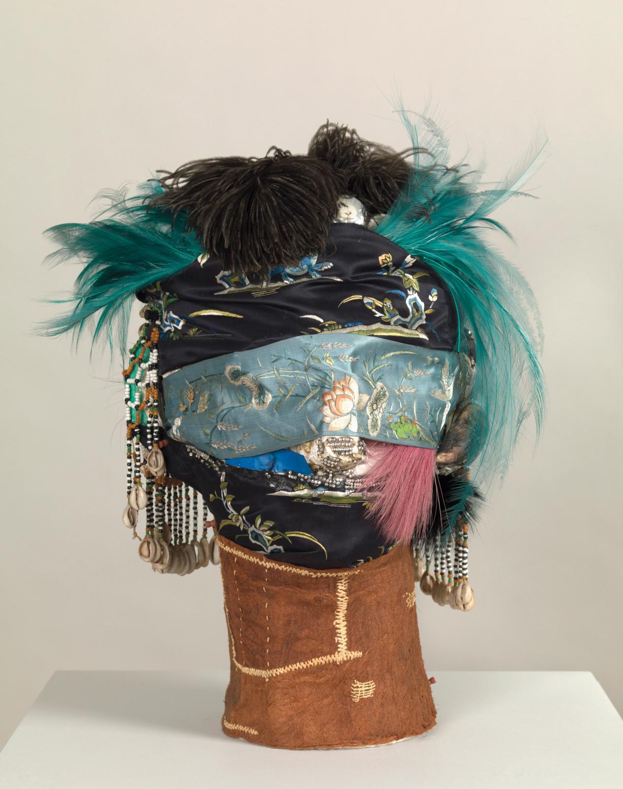 Eileen Agar, Angel of Anarchy, 1936-1940, plâtre, tissu, coquillages, pierres diamantées et autres matériaux, 570x460x317 mm. © Tate I