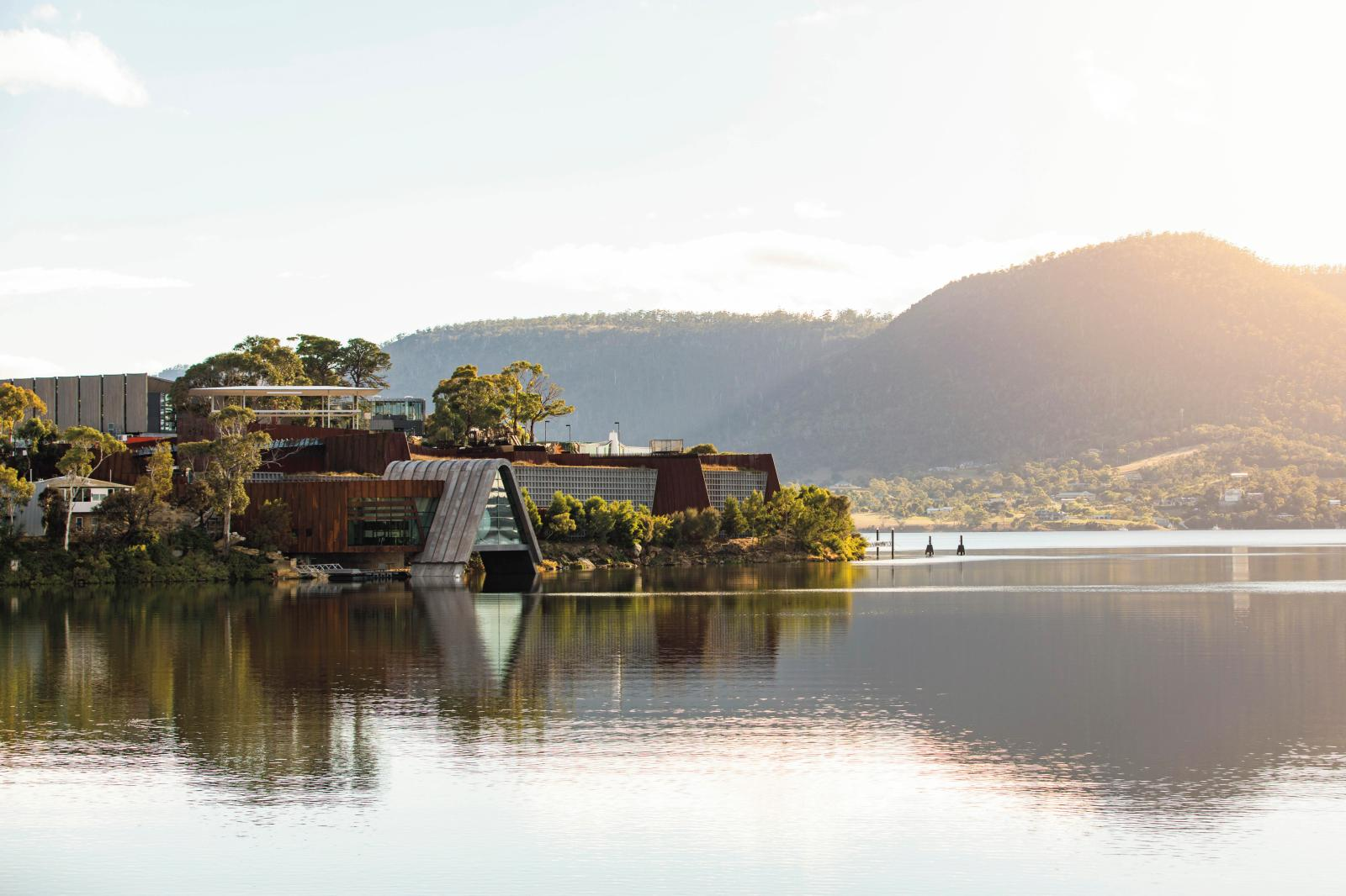 Le Mona depuis le fleuve Derwent. © Mona/Jesse Hunniford Image courtesy of the artists and Mona, Hobart, Tasmania, Australia