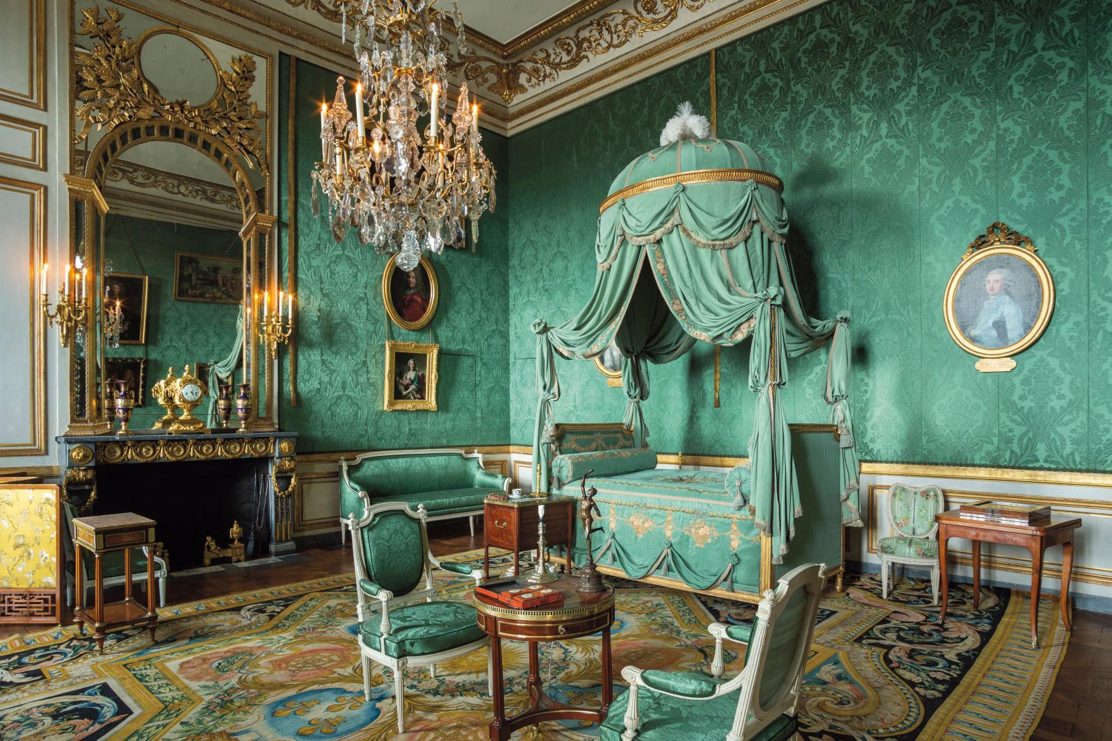 Dans la chambre de Madame de Ville-d'Avray, un lit de Sené avec son tissu d'origine et sa broderie de Beauvais. Le tapis est une commande