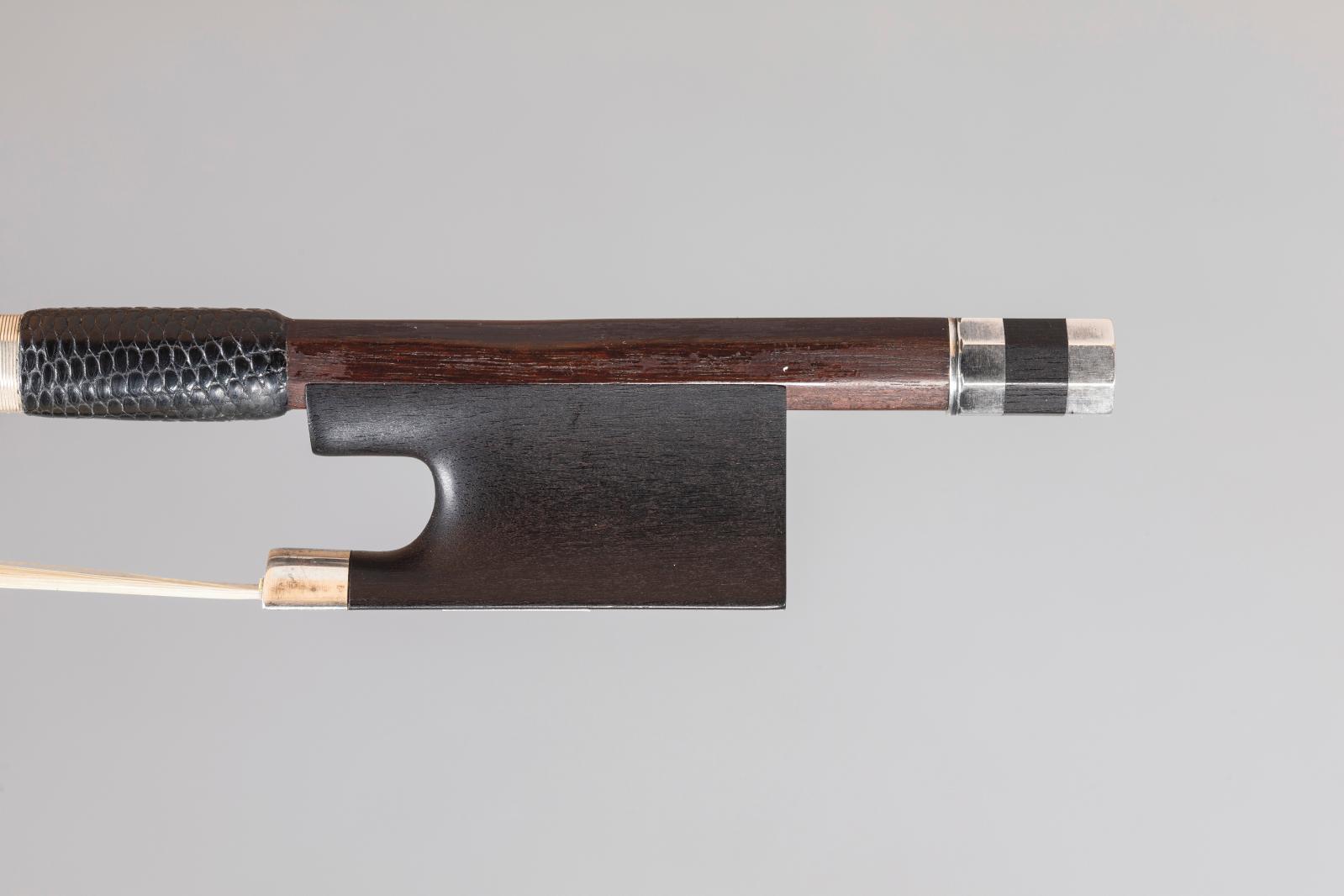 Baguette d'archet de violon de François Xavier Tourte (1747-1835) fabriquée vers 1810, avec hausse et bouton postérieurs faits en copie, m