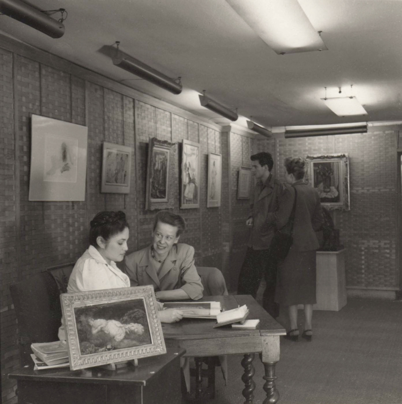 Dina Vierny, assise à son bureau en 1949. DR