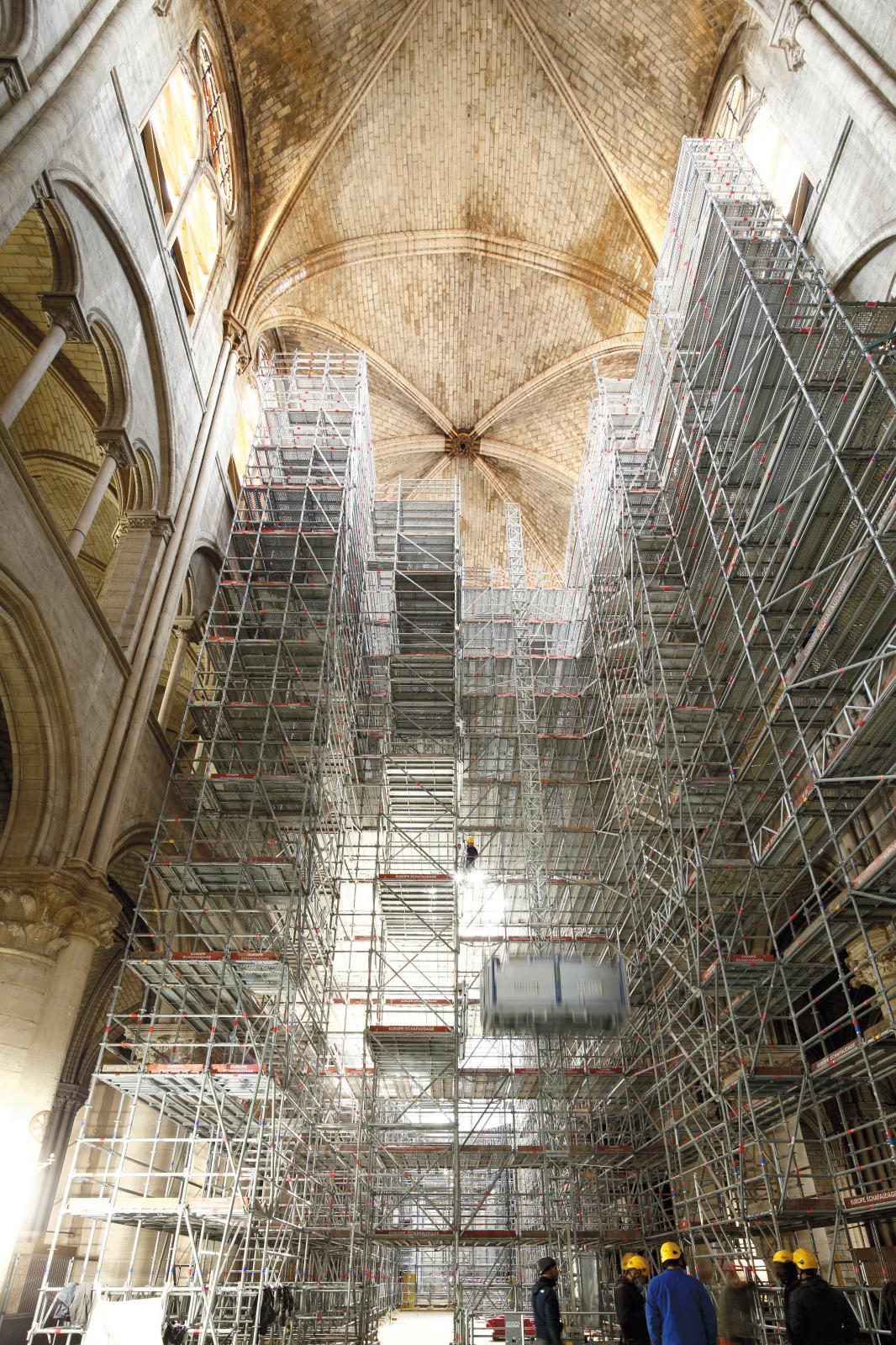 Pose des échafaudages dans la nef de Notre-Dame. © David Bordes/Établissement public chargé de la conservation et de la restauration de la