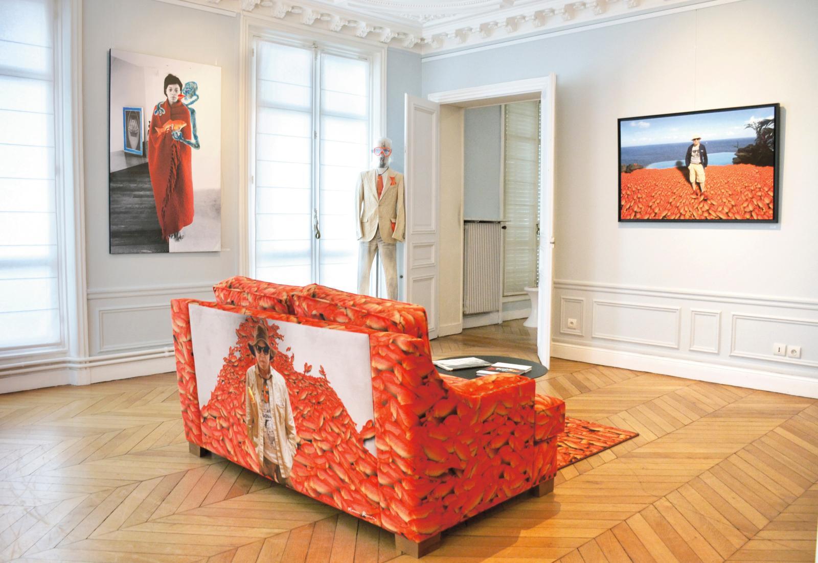 Vue de l'exposition, avec notamment une peinture de Famakan Magassa réalisée sur une photographie de Maurice Renoma.© Renoma