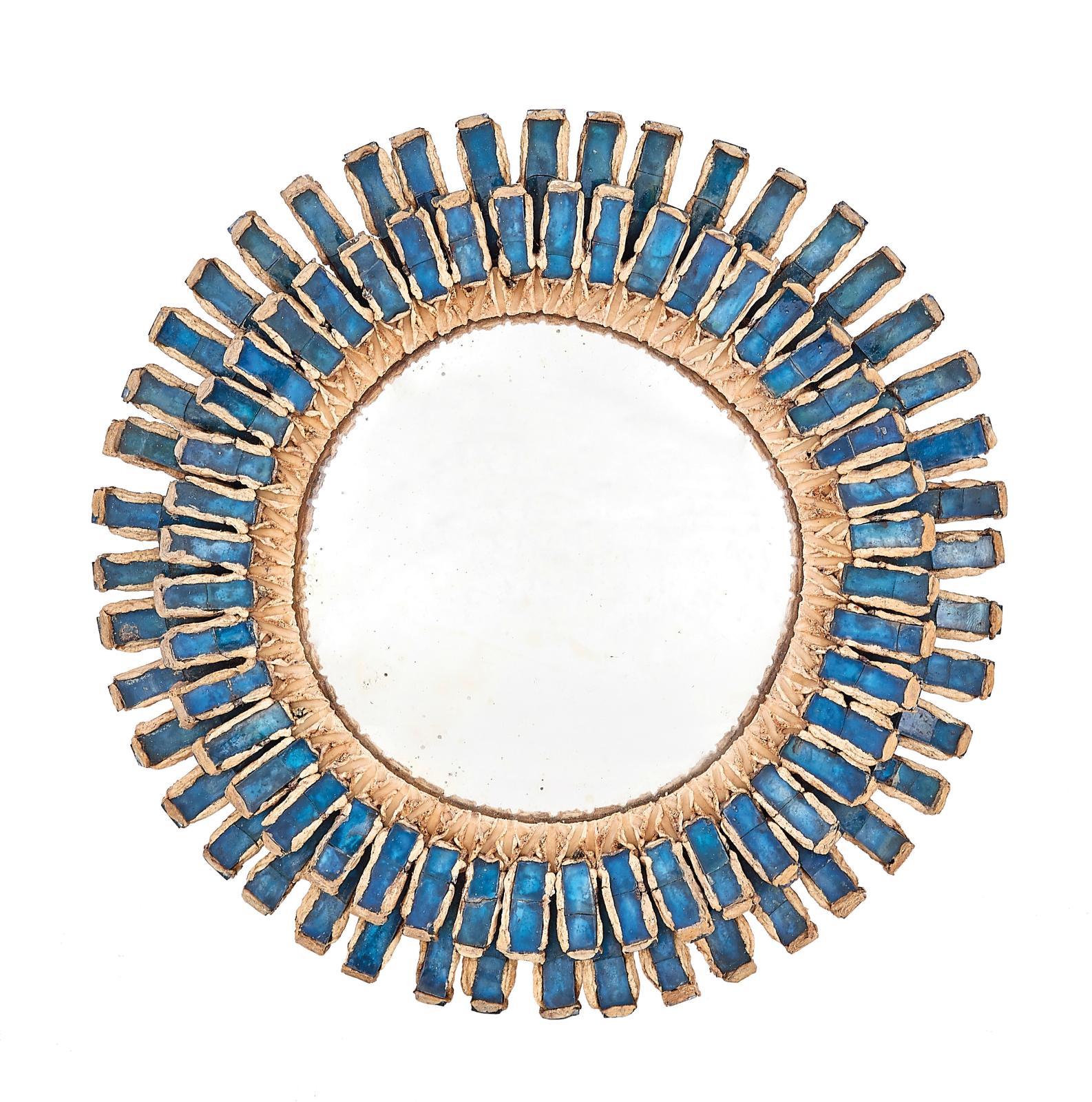 Line Vautrin (1913-1997), miroir sorcière Romain, vers1960, en talosel ivoire incrusté de miroirs bleu saphir, signé, diam.19,6cm. Esti