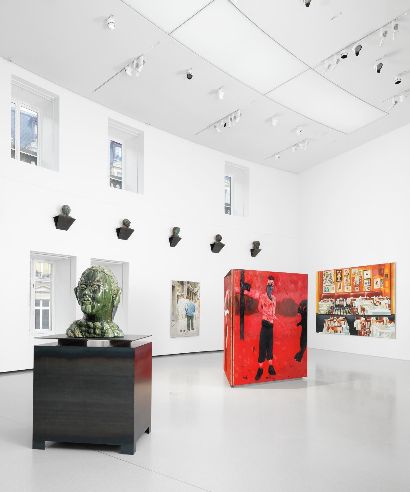 Exposition d'ouverture à la Bourse de commerce:les sculptures de Thomas Schütte(né en 1954) dialoguentavec les peintures de Florian Kr