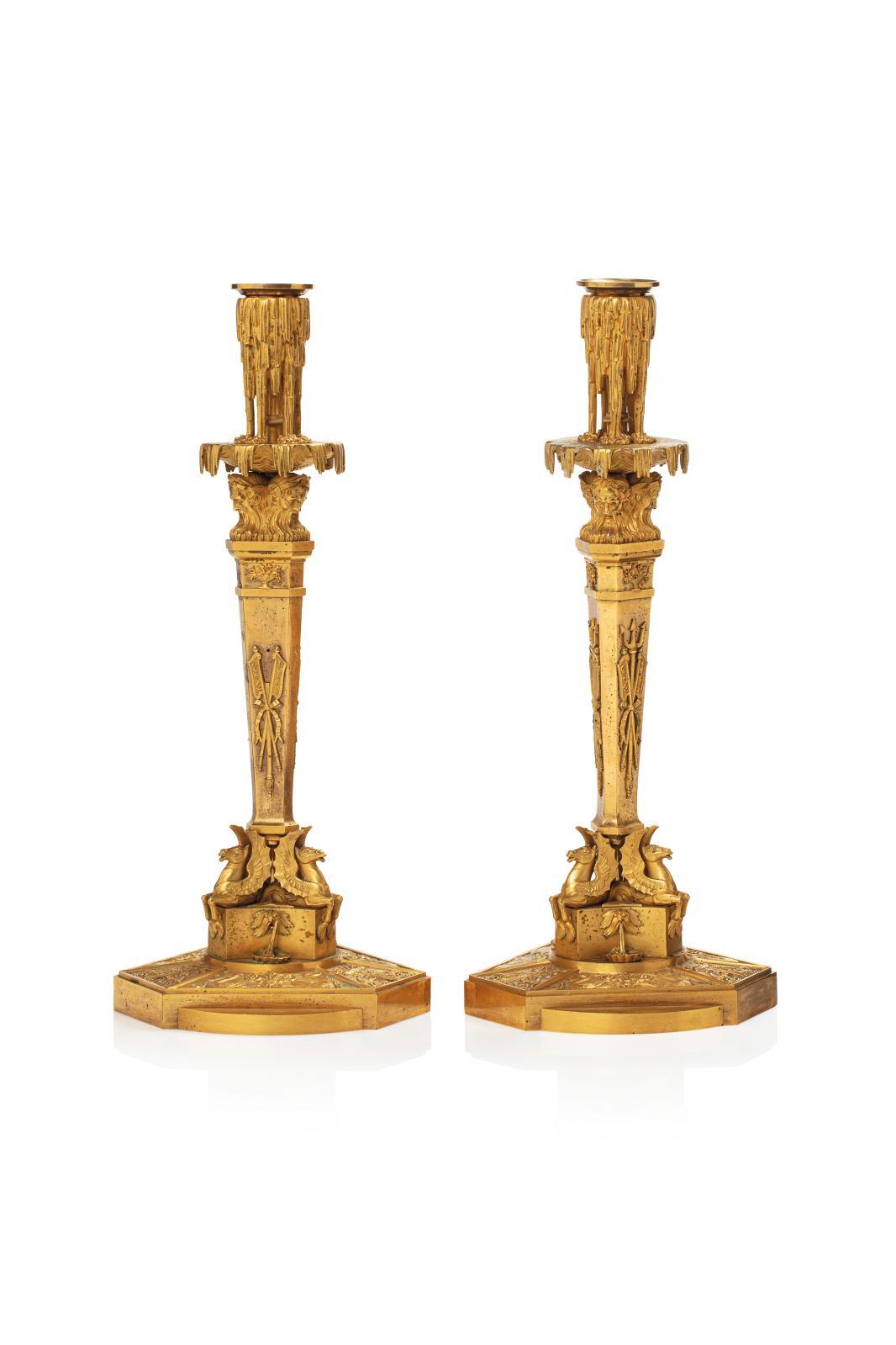 Travail étranger d'époque Empire, peut-être russe, paire de rares flambeaux en bronze doré au mat et au brillant, base hexagonale à ailett