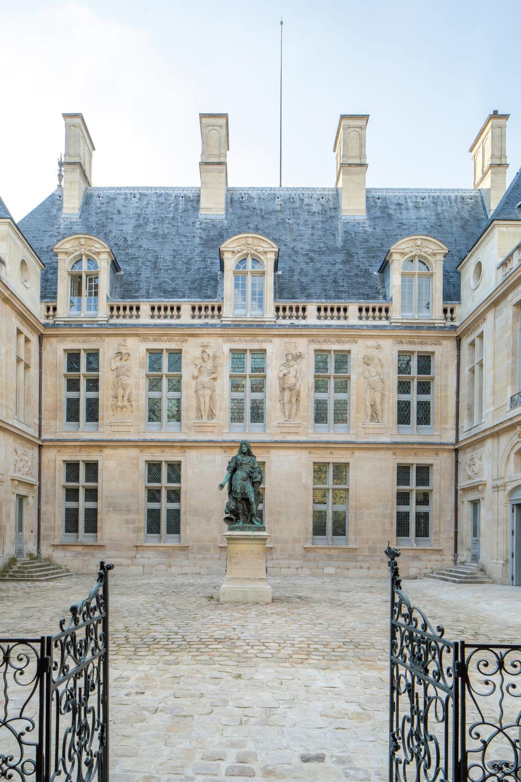 La cour d'honneur du musée, avec les reliefs de Jean Goujon. Musée Carnavalet - Histoire de Paris ©Antoine Mercusot
