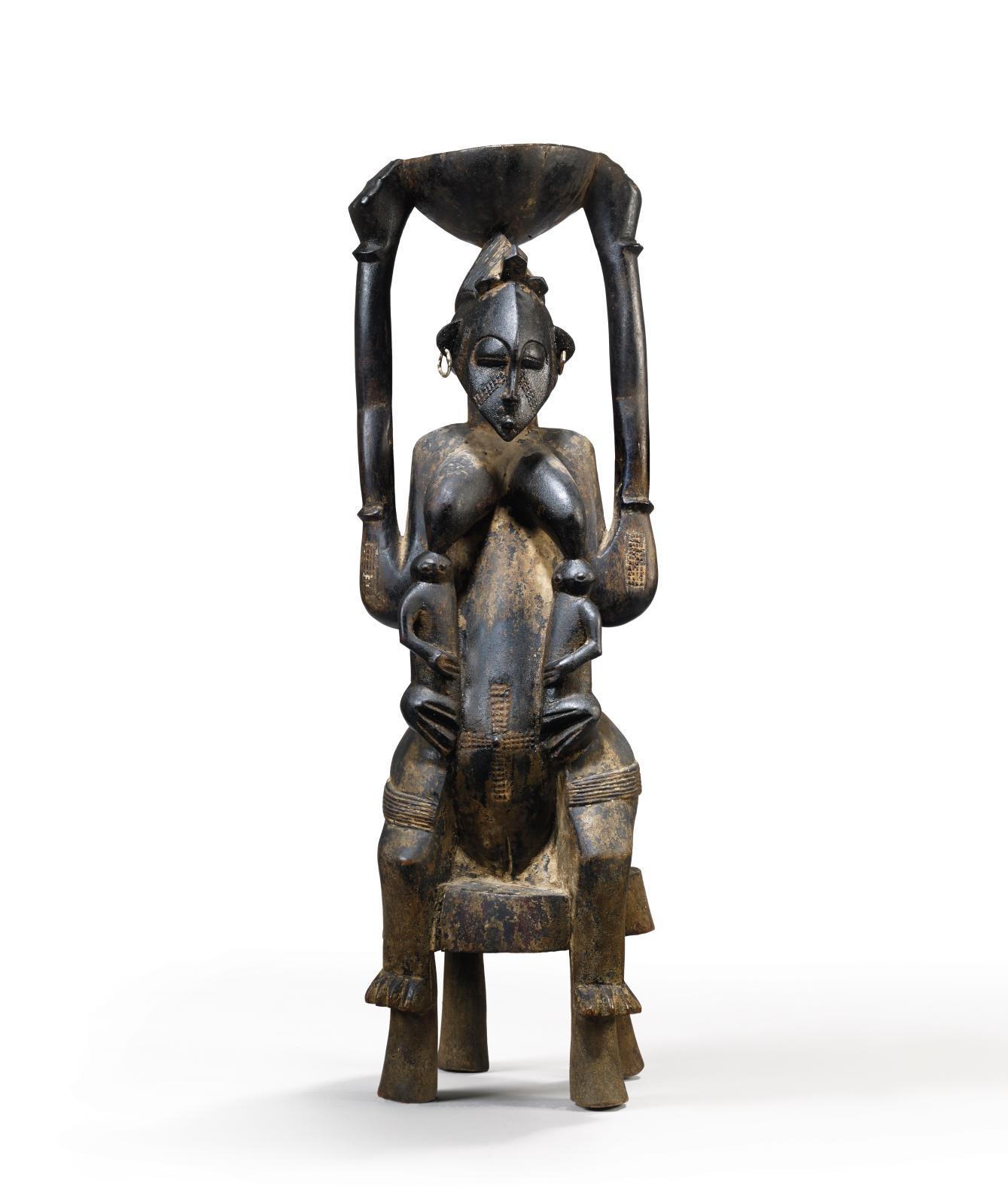 Côte d'Ivoire, peuple Sénoufo, XIXesiècle. Maternité assise, bois, métal, patine huileuse, 65x20x22cm. Donation Marc Ladreit de Lach