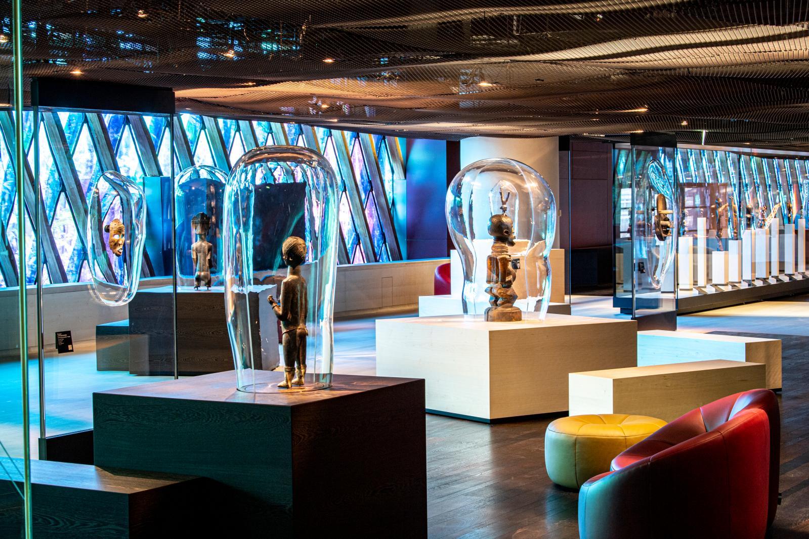 Vue sur la scénographie des collections permanentes exposées en galerie Marc Ladreit deLacharrière, nouvel espace imaginé par Jean Nouvel