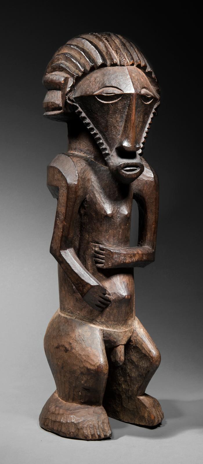 République démocratique du Congo. Statue d'ancêtre bembe, bois à patine brune épaisse et laquée, pigments et feuilles, h. 47cm. Adjugé: 683500€