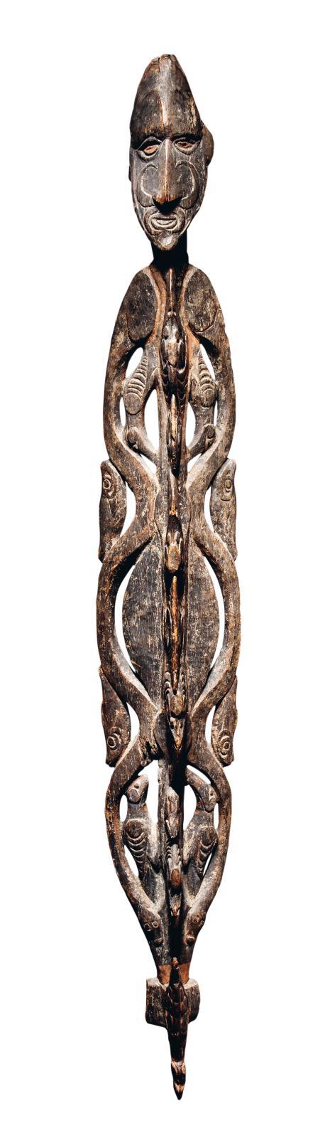 Iatmul, Moyen-Sepik, Papouasie-Nouvelle-Guinée. Crochet, bois de Vitex cofassus,restes de polychromie, h.160cm. Adjugé: 461300€