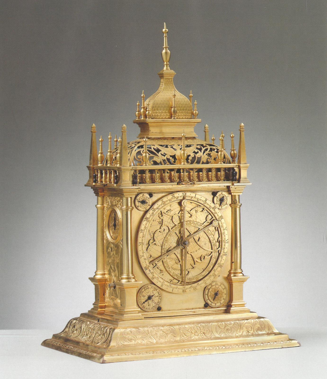 Allemagne du Sud, horloge astronomique à quatre faces dont un astrolabe, vers 1610, laiton et bronze doré, 34,5 x 22,5 x 16,5 cm, collection privée.