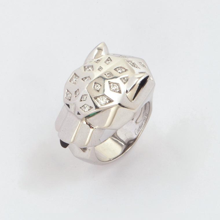 12544€Cartier, d'après un motif créé sous la direction de Jeanne Toussaint(1887-1976), bague en or gris figurant une tête de panthère,