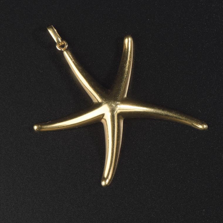 500€Elsa Peretti(1940-2021) pour Tiffany &Co., pendentif «Étoile de mer» en or jaune 18ct, diam.5,5cm, poids11,1g.Saint-Cloud, 24