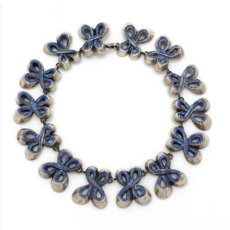 1560€ Line Vautrin(1913-1977), collier «Nœuds» en bronze argenté et émail bleu, monogrammé «LV», vers1940.Vente en ligne, 24novembre