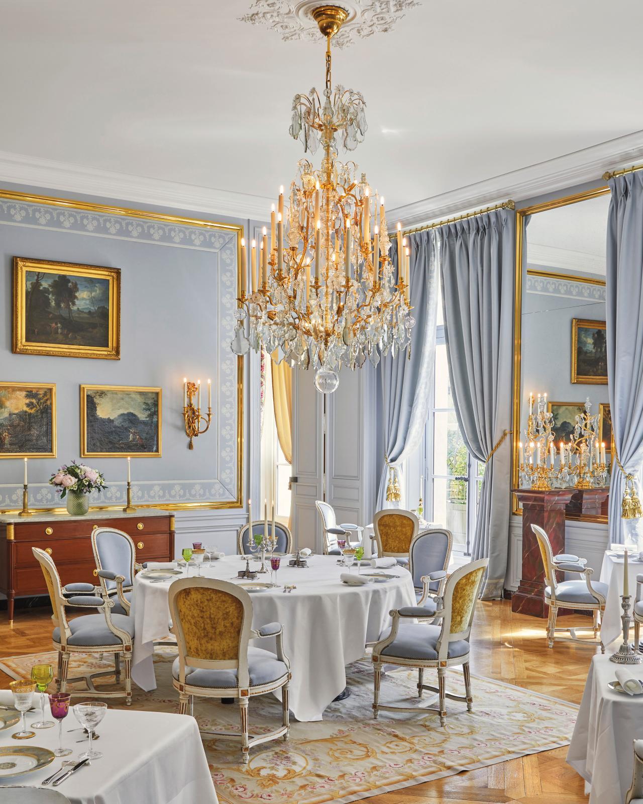 Dans la salle à manger, seule entorse à la rigueur historique, les fauteuils sont de style, mais nous sommes dans un hôtel… © Renée Kemps