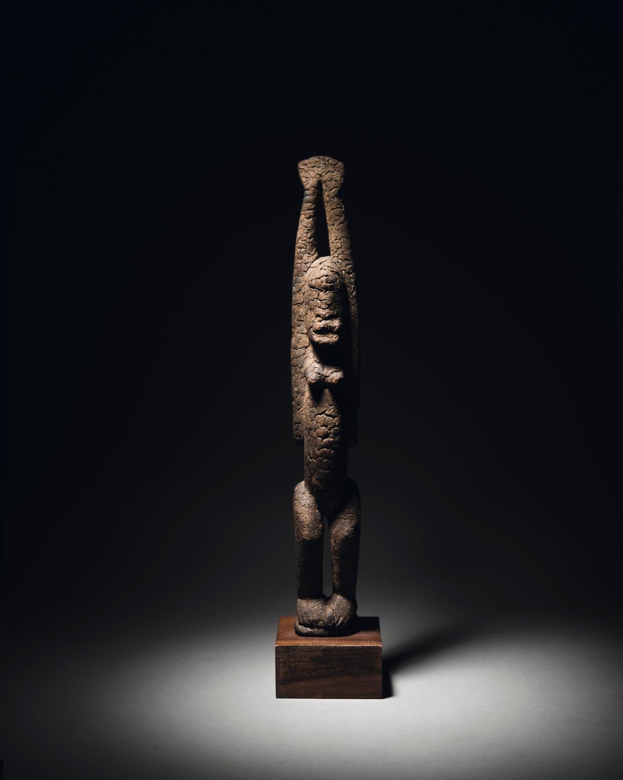 Tellem, Mali, XVe-XVIIesiècle. Statuette en bois à épaisse patine croûteuse, h.45,7cm. Estimation: 125000/150000€