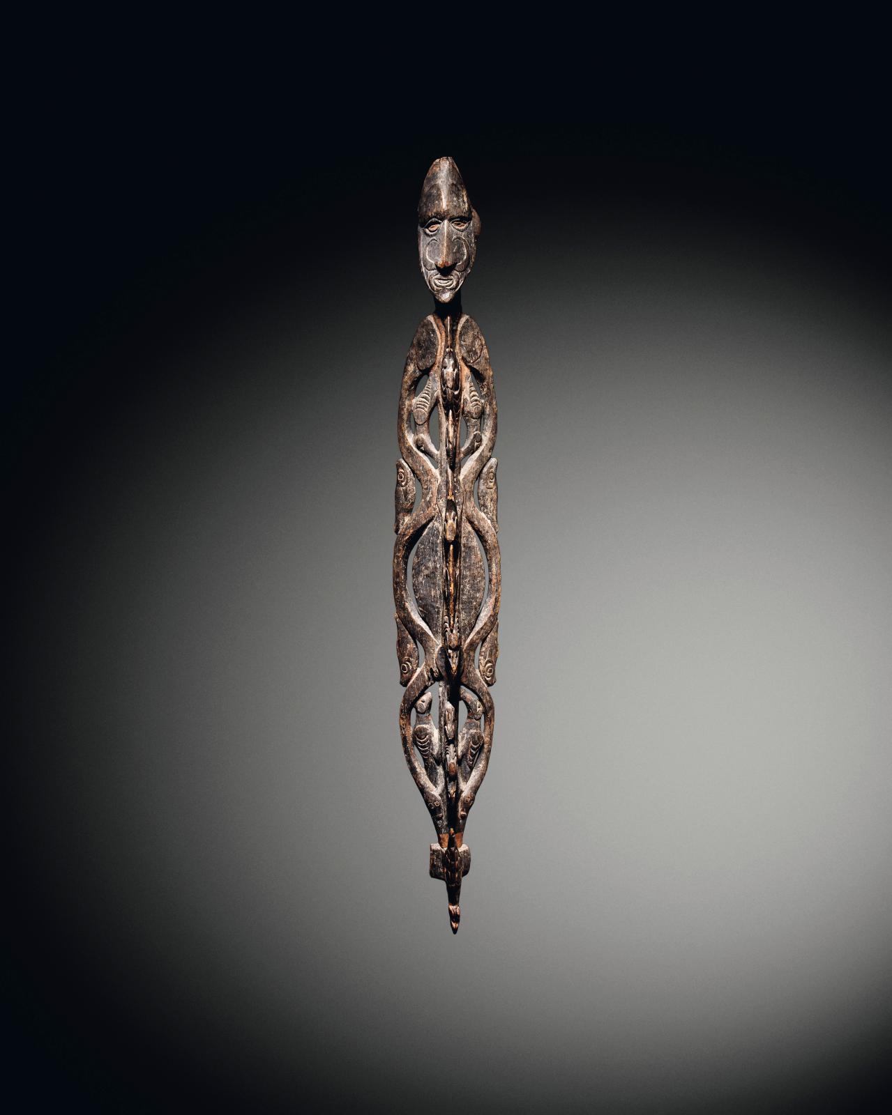 CI-CONTRE Iatmul, Moyen Sepik, Papouasie - Nouvelle-Guinée Crochet, bois de vitex cofassus, restes de polychromie, h.160cm. Estimation: 350000/450